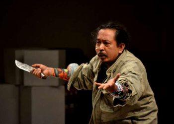 Putu Satria Kusuma dalam satu pementasan teater. Foto: koleksi Kampung Seni Banyuning
