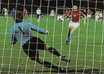 Antonin Panenka saat menendang bola penalti pada final Piala Eropa 1976. #Sumber foto internet