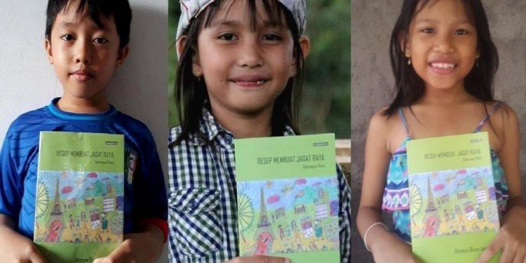 """Diki (anak dari penulis ulasan), Naya (penulis buku puisi """"Resep Membuat Jagat Raya""""), dan Putik Padi"""