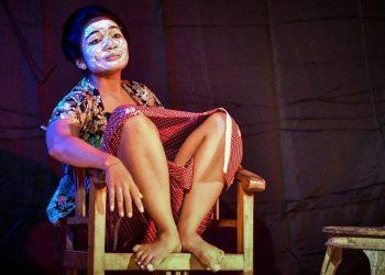 Desi Nurani saat mementaskan lakon Mulut karya Putu Wijaya dalam Festival Monolog Bali 100 Putu Wijaya di Kampus Undiksha, Kamis 23 Maret 2017. /Foto: Mursal Buyung