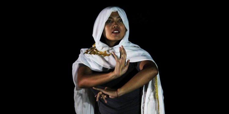 Rima Febriana memainkan naskah Kartini di SMAN 1 Banjar. /Foto-foto: Kardian Narayana