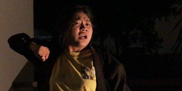 Ida Ayu Fortuna Ningrum (Dayu Fortuna) memainkan naskah Pidato Gila di Kampus Undiksha. /Foto-foto: Putu Satria Kusuma
