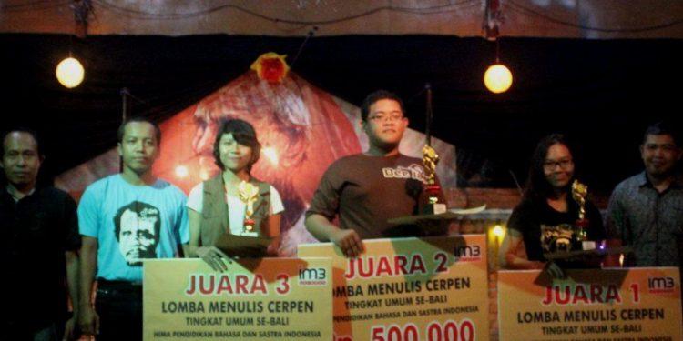 Para juara lomba menulis cerpen diapit pengajar di Basindo Undiksha Singaraja