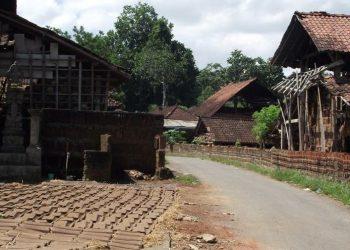 Suasana Desa Pejaten, Tabanan, dengan bangunan tungku dan jemuran genteng di tepi jalan. /Foto: Nurbawa