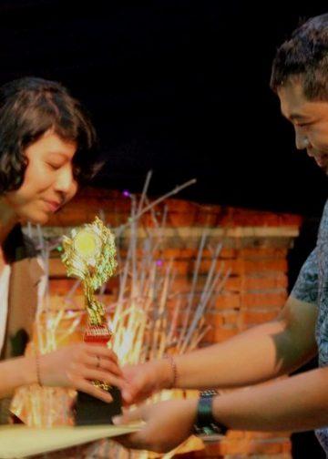 Ida Ayu Made Diah Naraswari (kiri), juara 1 Lomba Menulis Puisi Festra Basindo Undiksha Singaraja. /Foto: Pantia