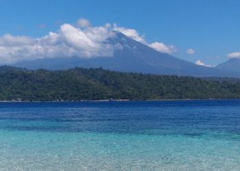 Pantai di Segara Rupek dan pemandangan gunung di Pulau Jawa