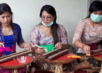 """""""Tukang Gebeg Lontar"""" beraksi di Puri Kauhan Ubud Gianyar"""