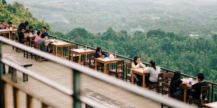 Menunggu Senja di Desa Selat/ Foto: Joy Sastrawijaya