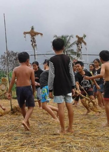 Anak-anak bermain Megandu di Festival ke Uma/ Foto-foo: Made Nurbawa