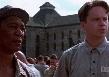 Tim Robbins (kanan) sebagai Andy Dufresne dalam film The Shawshank Redemption (1994)