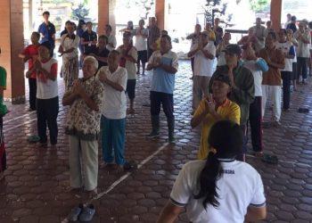 Para lansia di Desa Sampalan Tengah, Klungkung, melakukan senam bersama
