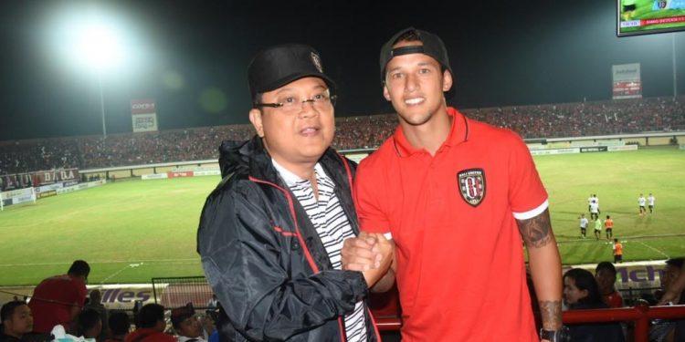Rai Mantra (Bacagub Bali dari PDIP) bersalaman dengan pemain Bali United