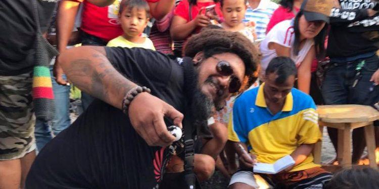 Penyanyi Bali Joni Agung melihat proses penetasan telur penyu di Pantai Penimbangan. /Foto: Istimewa