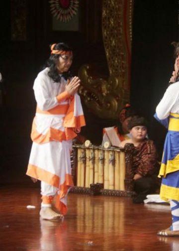 Gubernur Bali Mangku Pastika main teater bersama kelompok Teater Agustus di Taman Budaya Denpasar