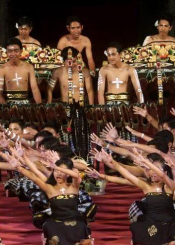 Cak SMAN 1 Negara dalam pentas cak di Taman Budaya Denpasar