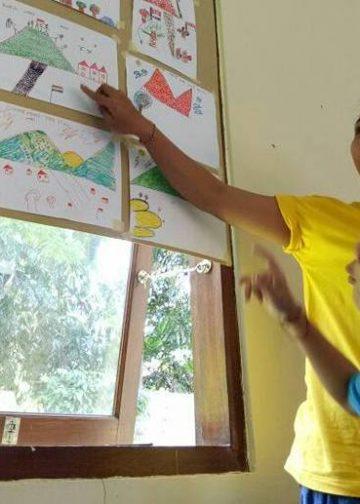 Penulis jadi relawan kelas jurnalisme warga di pos pengungsian Gunung Agung