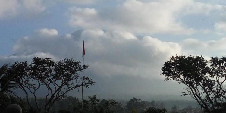 Gunung Agung dipantau dari Pos Pantau Rendang Karangasem