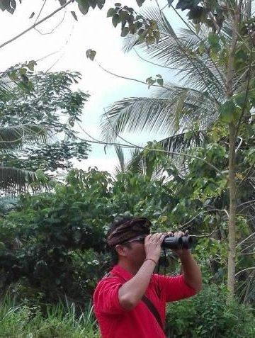 Wartawan Wayan Putra sedang meliput di pos pantau Gunung Agung