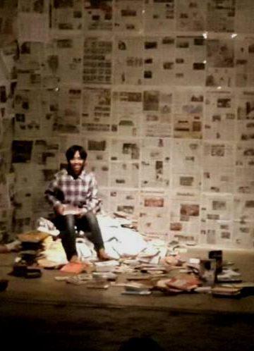 Hidayat dari Komunitas Kontur mementaskan naskah monolog Buku karya Putu Wijaya
