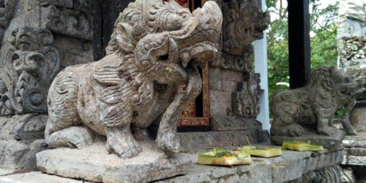 Ukiran patung di Pura Tirta, Silakarang, dibuat sekitar tahun 1800-an. /Foto: Purwita Sukahet