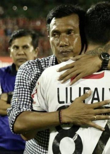 Stefano Lilipaly dipeluk pelatih Bali United, Widodo C Putro pada pertandingan PSM Makassar kontra Bali United di Stadion Mattoangin, Makassar, Senin (06/11/2017).