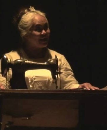 Aryani Willems bermain monolog Blok karya Putu Wijaya