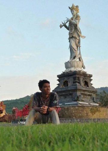 Penulis berpose di areal Krisna Fantastic Land, Temukus, Buleleng