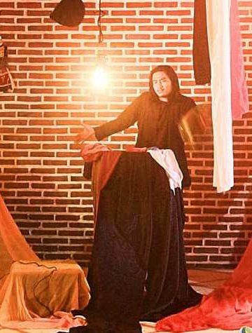 IGA Darma Putra memainkan naskah monolog Rakyat di Umah Bata, Bangli