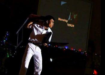 """I Gusti Bagus Arya Maheswara membawakan naskah berjudul """"Teror"""", di Aula SMAN 1 Tabanan. /Foto: mediapelangi.com"""