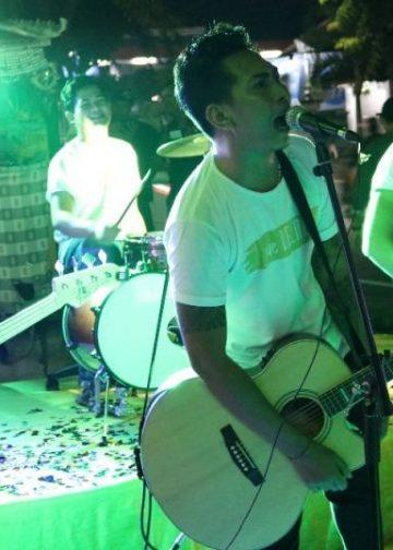 Suasana acara The Golden Story - Lomba Akustik & DJ Perform 2017 di halaman Apple Mart jalan A Yani Singaraja, Sabtu (16/12) malam.