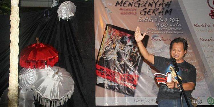 SEniman baca puisi dalam acara Mengunyah Geram Melawan Korupsi di JKP Denpasar