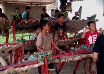 Anak-anak Jembrana main jegog. /Foto: Yogi Periawan