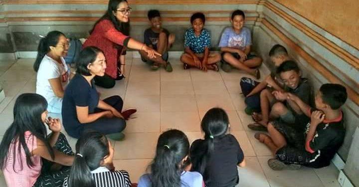 Anak-anak pengungsi Gunung Agung di Rendang Karangasem saat workshop menulis puisi