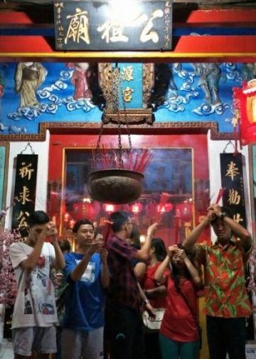 Warga Bali keturunan Tionghoa merayakan Imlek di Klenteng Ling Gwan Kiong, Singaraja