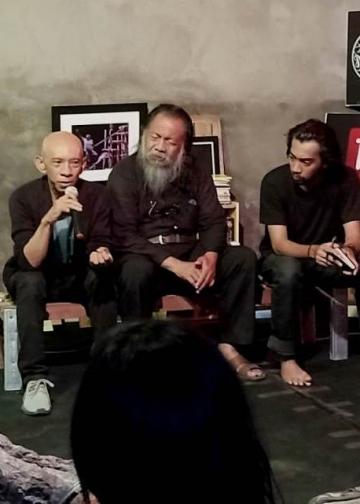 Sastrawan Afrizal Malna dan Bawa Samar Gantang memberi workshop penulisan kreatif di Rumah Belajar Komunitas Mahima, Selasa 30 Oktober 2018