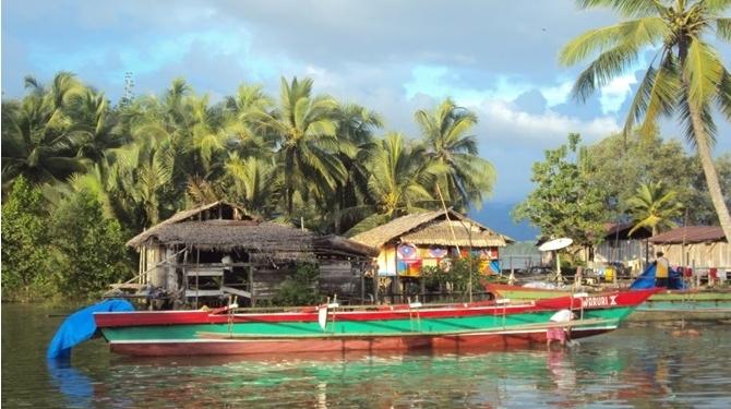 Kawasan pesisir Kampung Ambumi saat air pasang. Perahu-perahu warga parkir berjejer menjadi alat transportasi satu-satunya yang menghubungkan mereka dengan Kota Wasior (foto: I Ngurah Suryawan)