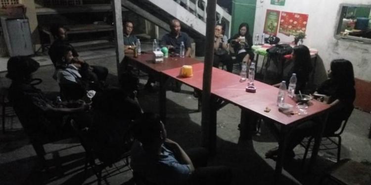 Diskusi antara dosen dan mahasiswa di sebuah kantin kampus