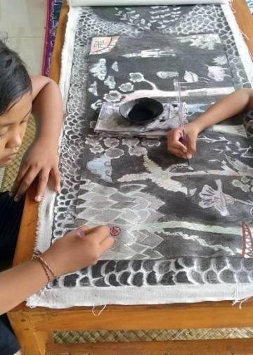 Anak-anak belajar melukis di Studio Gelombang, Batuan, Gianyar