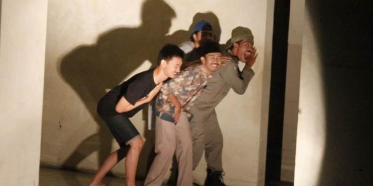Pementasan drama Dilarang Menyanyi di Kamar Mandi di Kampus Undiksha Singaraja
