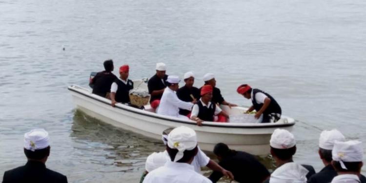 Upacara melasti di Pelabuhan Buleleng. (Foto: Ketut Wiratmaja)
