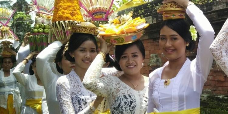 Perempuan Bali ngayah saat upacara. (Foto: Wayan Witarni, foto hanya ilustrasi)