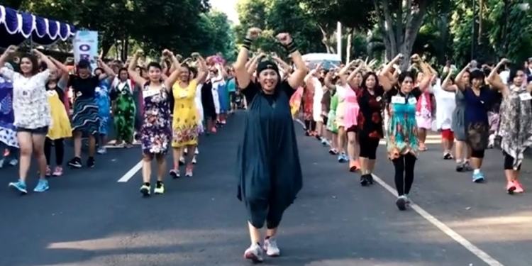 Ketut Ariyani (Ketua Bawaslu) Bali memimpin ibu-ibu senam di Taman Kota Singaraja
