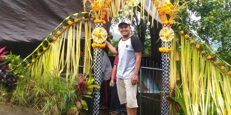 Seorang warga selfie di depan gapura TPS 8 Desa Pedawa Buleleng