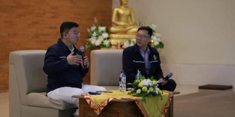 Upa. Yogi Gunawaro (kiri) menyampaikan materi tentang kebanggaan menjadi Buddhis kepada peserta dan undangan Seminar Remaja 2019