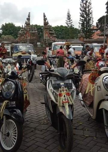 Upacara mobil secara massal pada tumpek landep di Desa Adat Kelaci Marga Tabanan