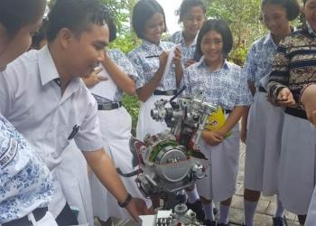 Penulis bersama siswa-siswanya