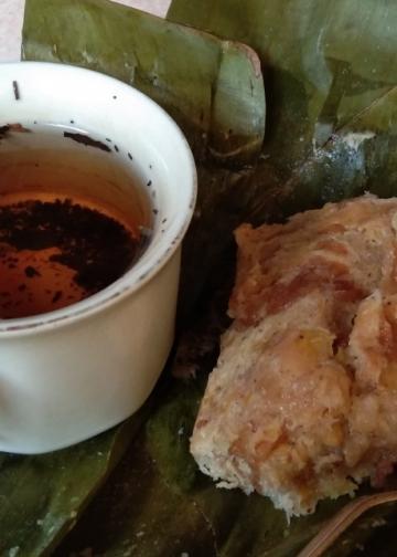 Secangkir teh dan pepes jaje leburan (foto: penulis)