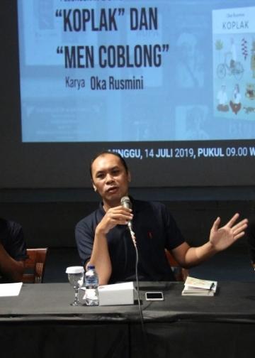 Editor Balebengong.id, Anton Muhajir, moderator Made Sujaya dan editor tatkala.co Made Adnyana Ole, dalam peluncuran buku Oka Rusmini di Bentara Budaya Bali, Minggu 14/7/2019 (foto: Dok Bentara Budaya Bali)