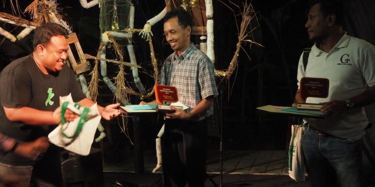 Para pemenang AJW 2019 yang diserahkan di Taman Baca Kesiman, Sabtu (29/6) malam.