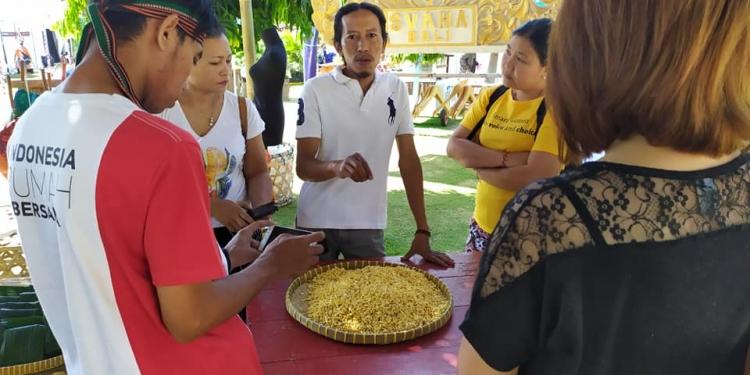 Pak Nur sedang memberi workshop pembuatan tempe di stand Buleleng Kreatif Hub di Bulfest 2019